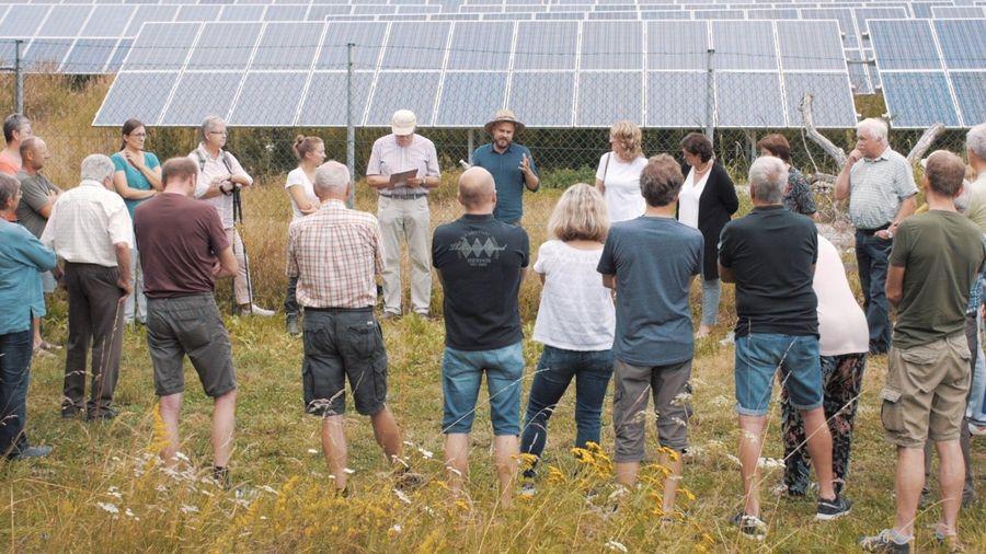 Solaranlagenbetreiber Andreas Engl (Mitte, mit Hut) führte die Besucher durch das Solarfeld und zeigte dessen Mehrwert der doppelten Flächennutzung.